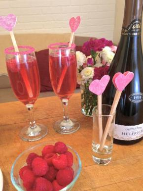 2015-02-05_Kiss-valentines-day-girls-celebration-champagne-stirrers