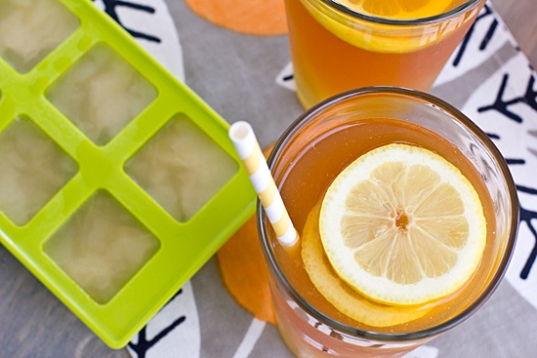 iced_tea_with_honey_lemon_ginger_ice_cubes_top